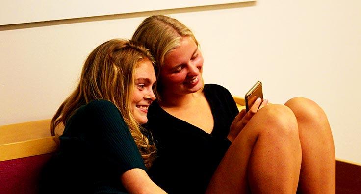 Efterskolepiger hygger sig sammen