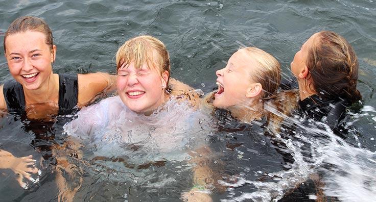 piger i vandet fra adventurelinjen på efterskolen