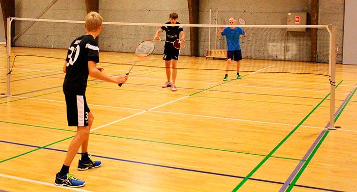 Vi spiller turneringer mod andre efterskoler i badminton