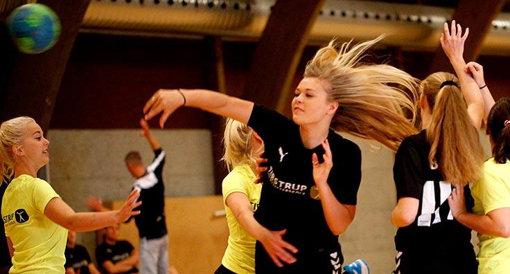 Vi spiller håndbold i Tirstrup Hallen