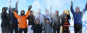 Hvert år tager alle skolens elever og lærere på en 6 dages skitur til Axamer Lizum i Østrig. Alle kan være med uanset niveau Eleverne bliver undervist i alpinski på eget niveau og der er også mulighed for at prøve kunsten af i snowboarddisciplinen. Vi står på ski i et varieret terræn, så udfordringerne kan blive tilpasset den enkelte. Glæd jer til en spændende fællesoplevelse i samvær med gode venner og et engageret personale. Og for nybegynderne vil en helt ny og spændende mulighed åbne sig. Udover ovennævnte har turen også et socialt aspekt. Vi bryder med de daglige rammer og eleverne kastes ud i nye konstellationer på værelser samt skihold.