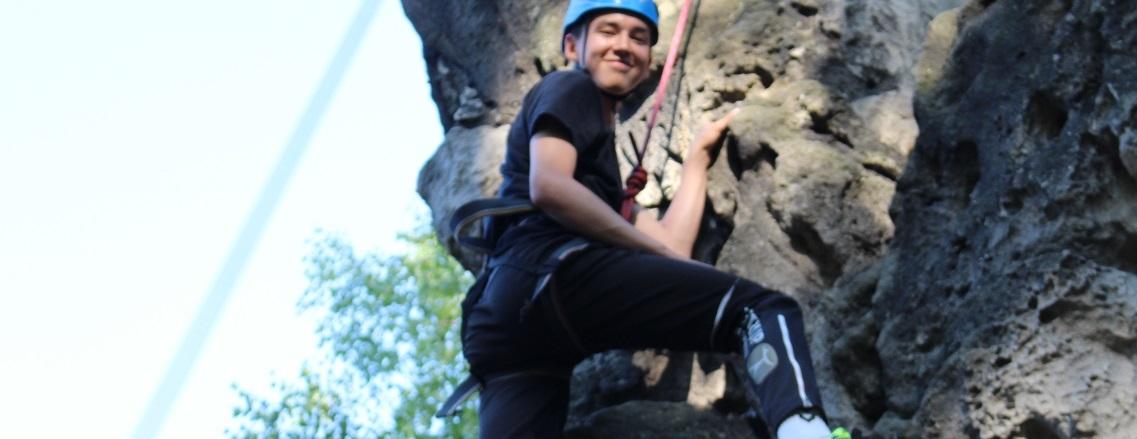 Rejse til Tjekkiet - På rejsen udfordres elevernes egne grænser. De udfordres også i discipliner som trekking, rappelling, mountainbiking, o-løb og klatring.