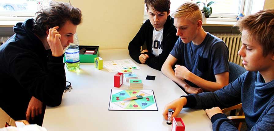 efterskoleelever spiller spil om Stop madspild