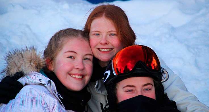 venner på skitur med efterskolen