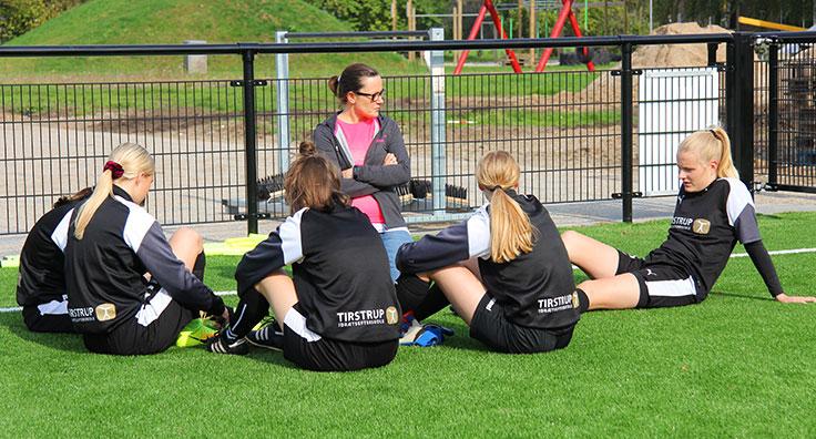 Pigerne lægger taktik inden fodbold-kampen