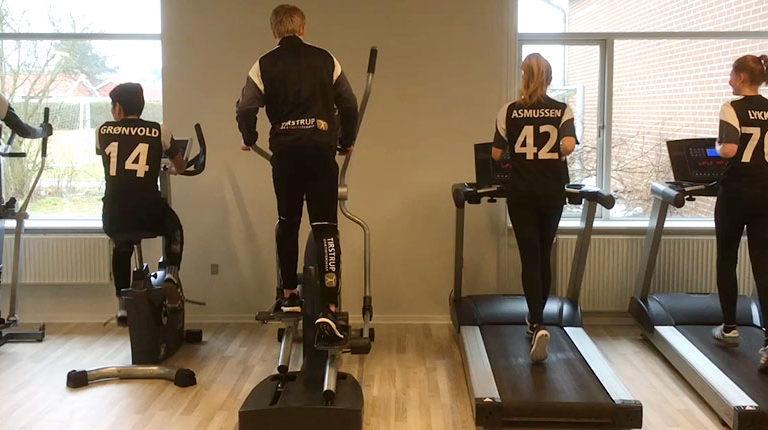 efterskoleeleverne indvier de nye træningsmaskiner i fitness-lokalerne